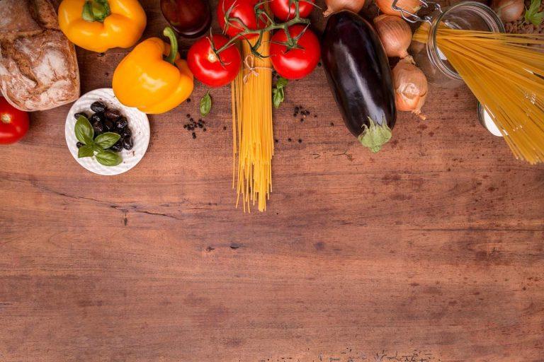 Gemüse und Nudeln auf Tisch