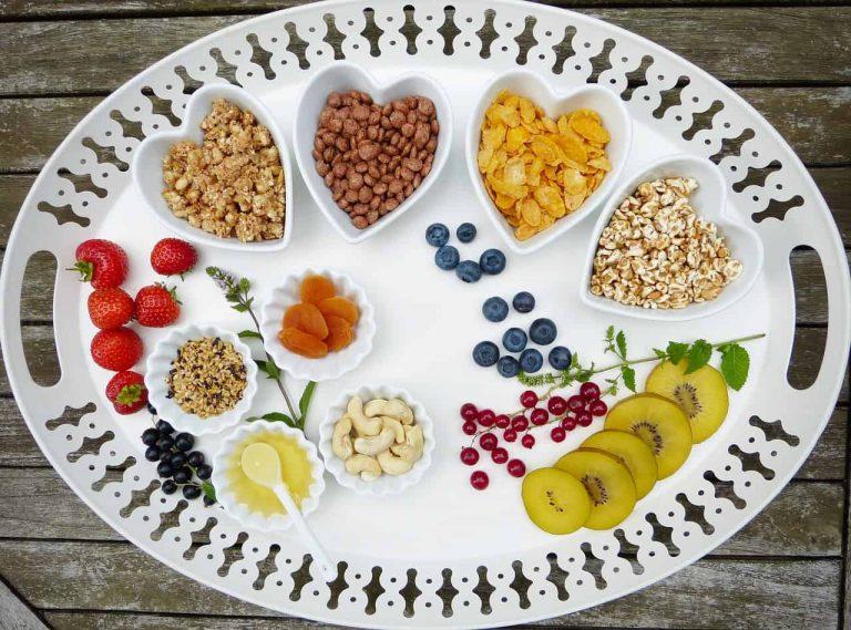 Tablett mit Müsli und Früchten in Schalen