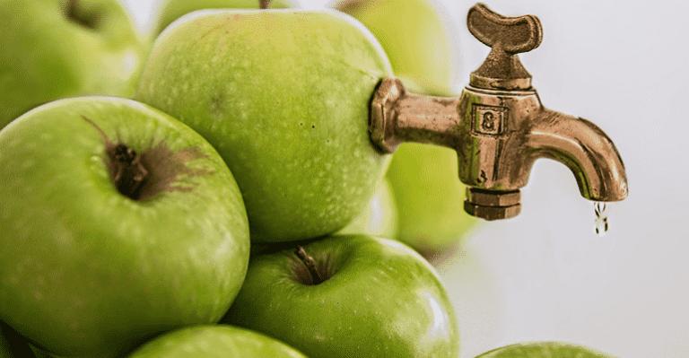 Grüne Äpfel und Hahn - Montage