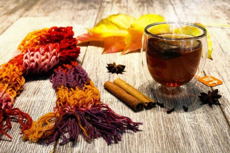 Sternanis mit Tee und Schal auf Holz