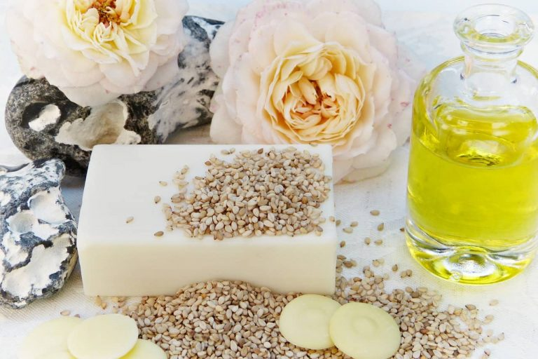 Seife mit Rosen, Senfkörnern und Öl