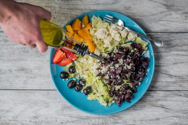 Öl mit Salatteller