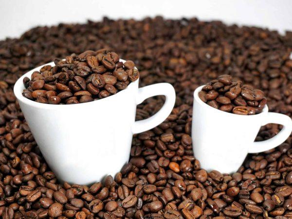 Espresso Bohnen in Kaffee- und Espressotassen