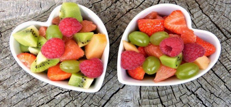 Beeren und Früchte in Schalen