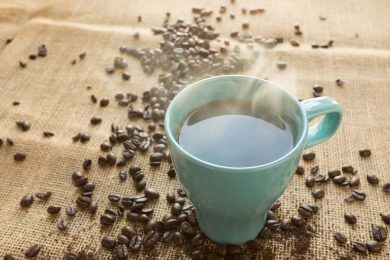 Kaffeetasse und Bohnen auf Jutesack