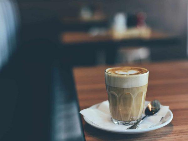 Kaffee mit Milchschaum im Glas