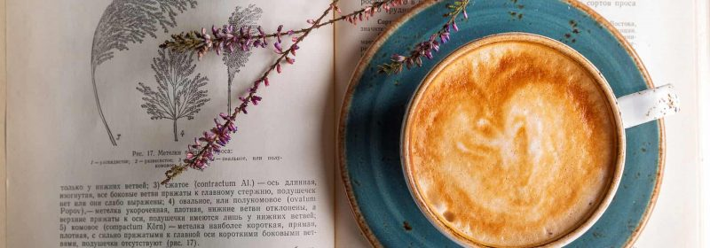 Cappuccino auf Buch