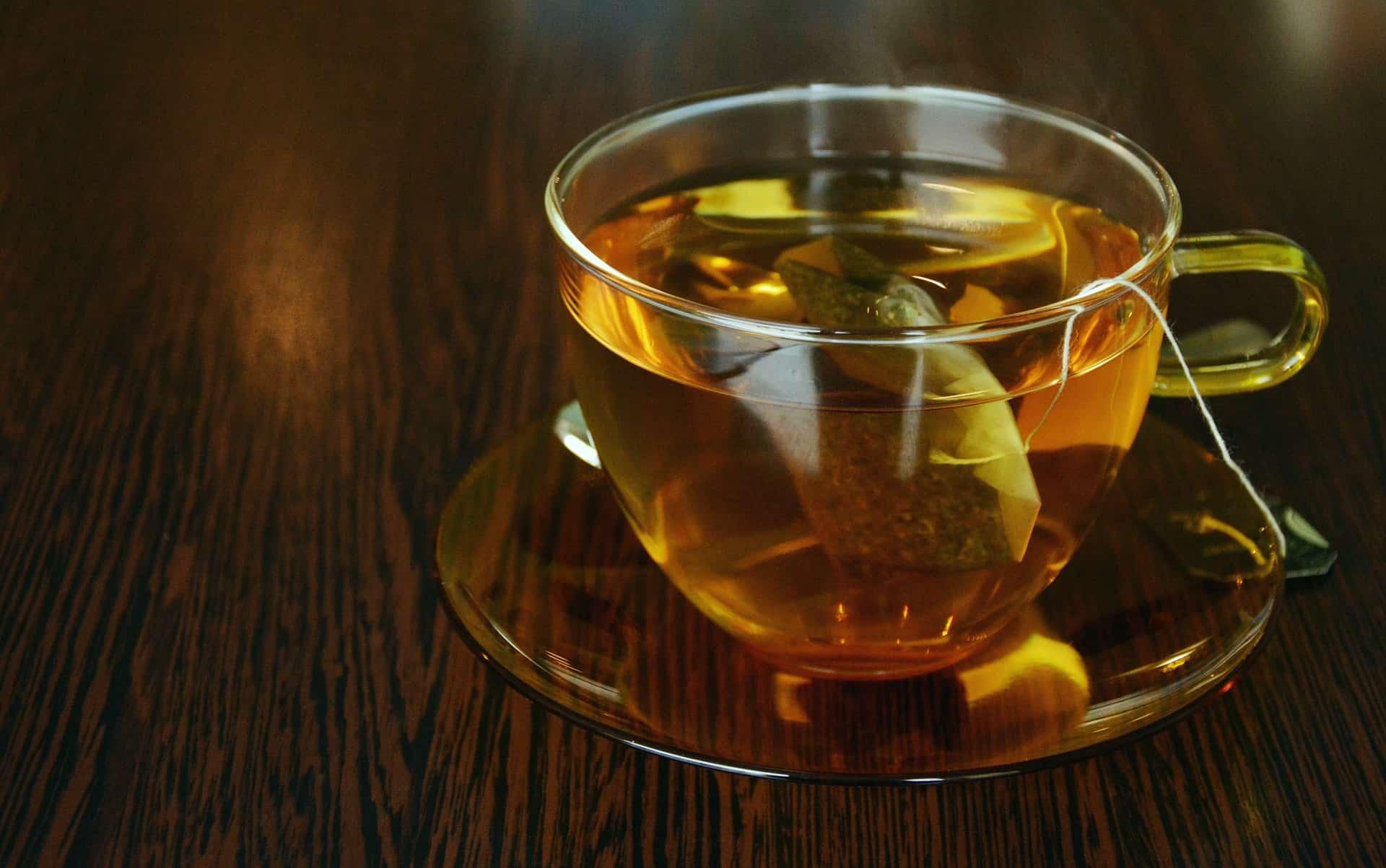 Glastasse mit Teebeutel und Tee
