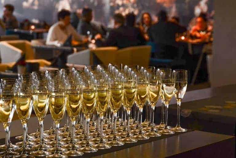 Viele Gläser mit Champagner bei Empfang