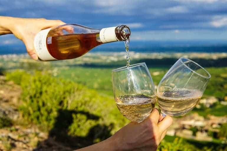 Wein wird in Weingläser gegossen