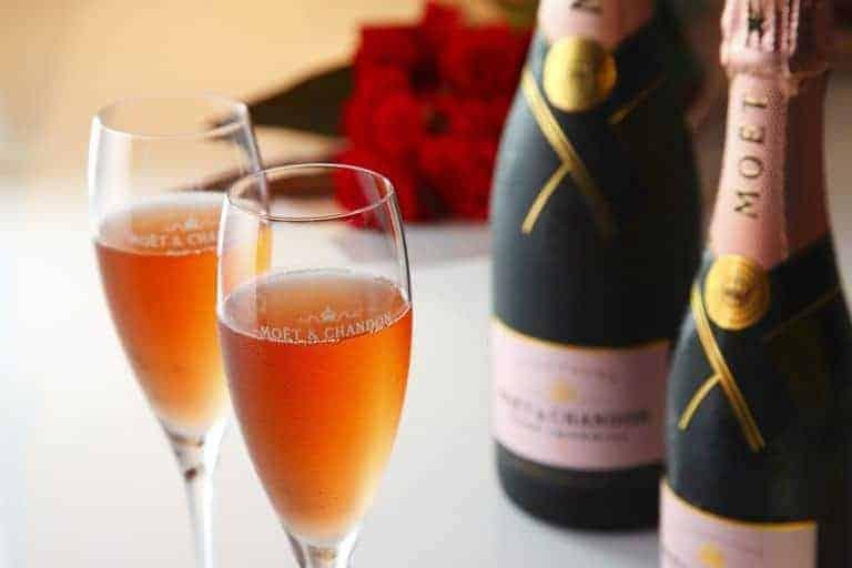 Rötlicher Champagner, Gläser und Flaschen